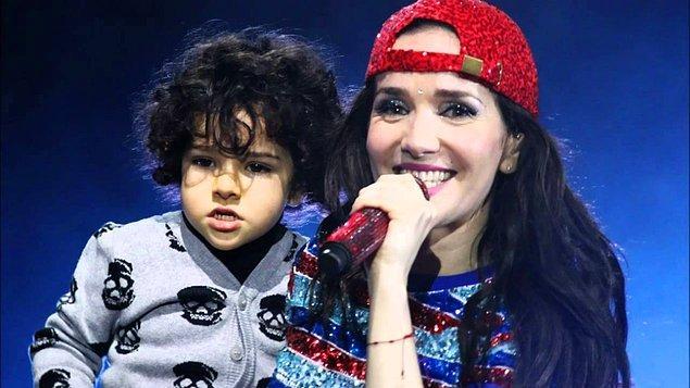 7 yaşında da Merlin isimli çok sevimli bir oğlu var.  Annesi de babası da yıldız, artık senden de bir şeyler çıkar herhalde tosbik.