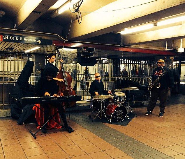 Metrolarda müzik yapabilmek için seçmelere katılmanız gerekmektedir.