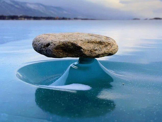 8. Donmuş göldeki kaya güneşten dolayı ısınmış ve etrafındaki buzlar erimiş...