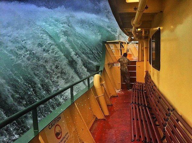9. Geminin yan tarafına vuran fırtına dalgası 👇