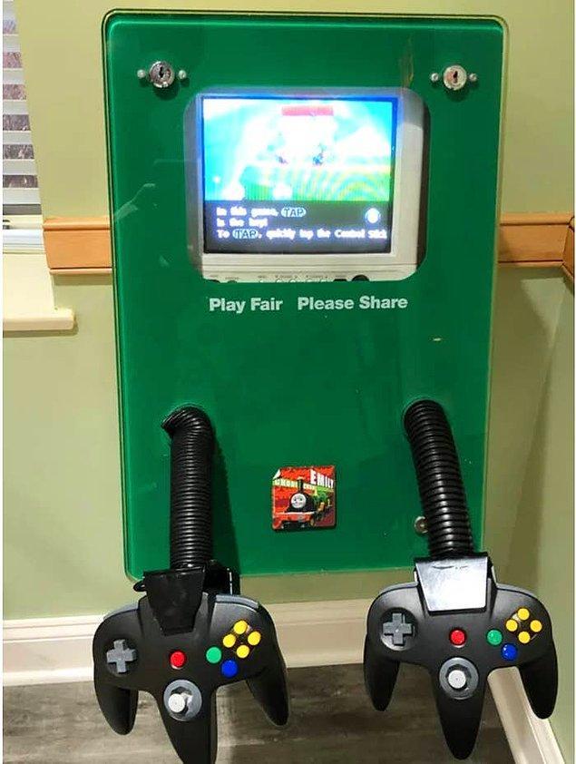 1. Bir dişçinin bekleme alanına çocuklar için konulmuş oyun konsolu