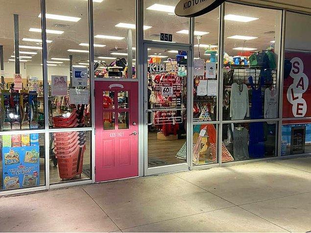 6. Yine bir mağazada çocuklar için tasarlanan özel bir kapı