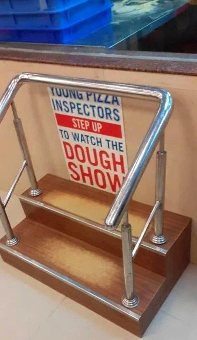 18. Bu pizzacıda ise çocuklar pizzaları yapılırken izleyebilsinler diye küçük bir merdiven koyulmuş