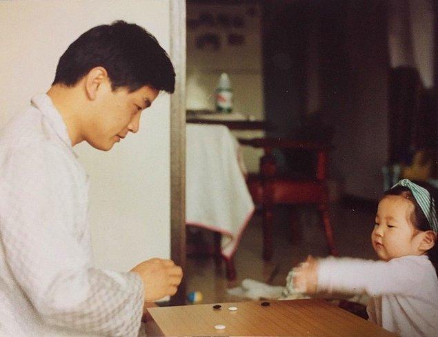 8. Babam kız kardeşime GO oyununu öğretirken, 1992: