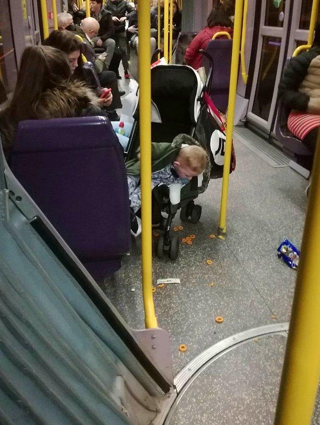 22. Çocuğu etrafa yemek saçarken hiçbir şey yapmadan yolculuğuna devam eden bir arkadaş...