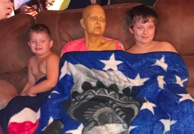 """16. """"Pankreas kanserine karşı büyük bir savaş veren fakat maalesef ki yenik düşen annemin, torunlarıyla birlikte çekilen son fotoğraflarından bir tanesi..."""""""