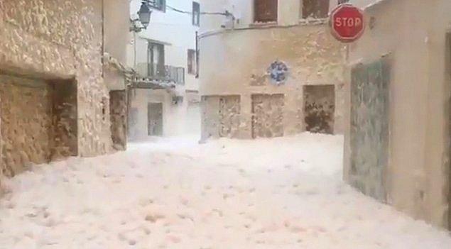 6. İspanya'da bir kıyı kasabasını köpük bastı. İspanya'da fırtına nedeniyle ortaya çıkan deniz köpüğü dalgaları Katalonya bölgesindeki Tossa de Mar kasabasına ulaştı. Kıyı kasabasının sokakları sular altında kaldı.