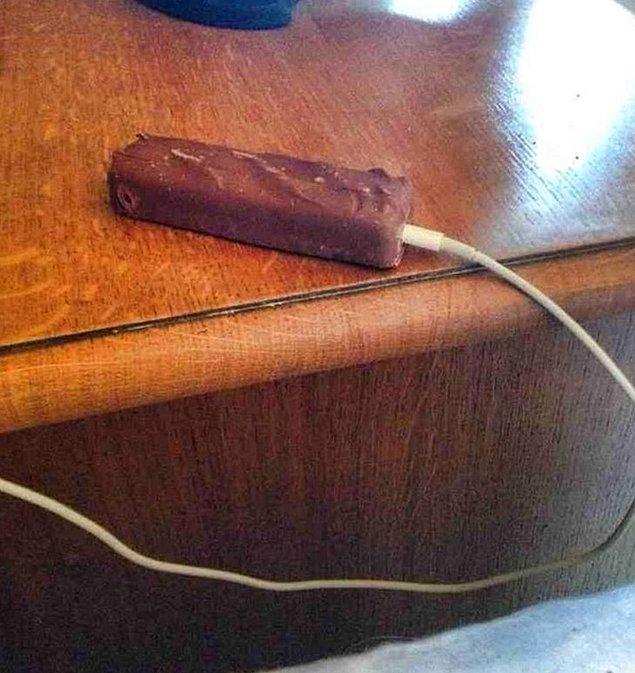 """19. """"Bir dakika...Eğer şarjdaki benim çikolatamsa, telefonum?!"""""""