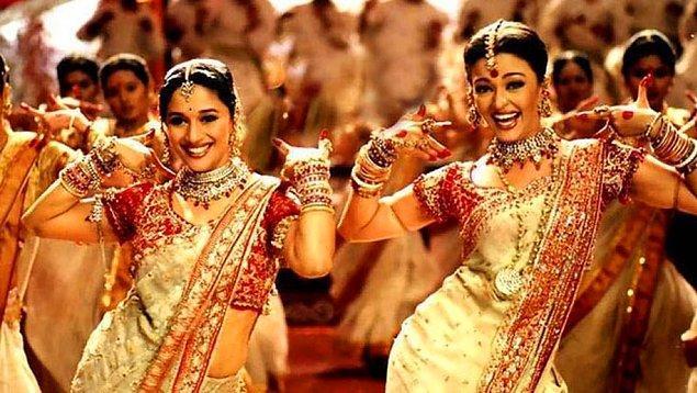 Farklı kumaşlar, baskılar, dokuma stilleri, nakışlar, el sanatları, durumlar, desenler ve aklınıza gelebilecek diğer her şeye göre çeşitli Hint Sarileri bulabilirsiniz...