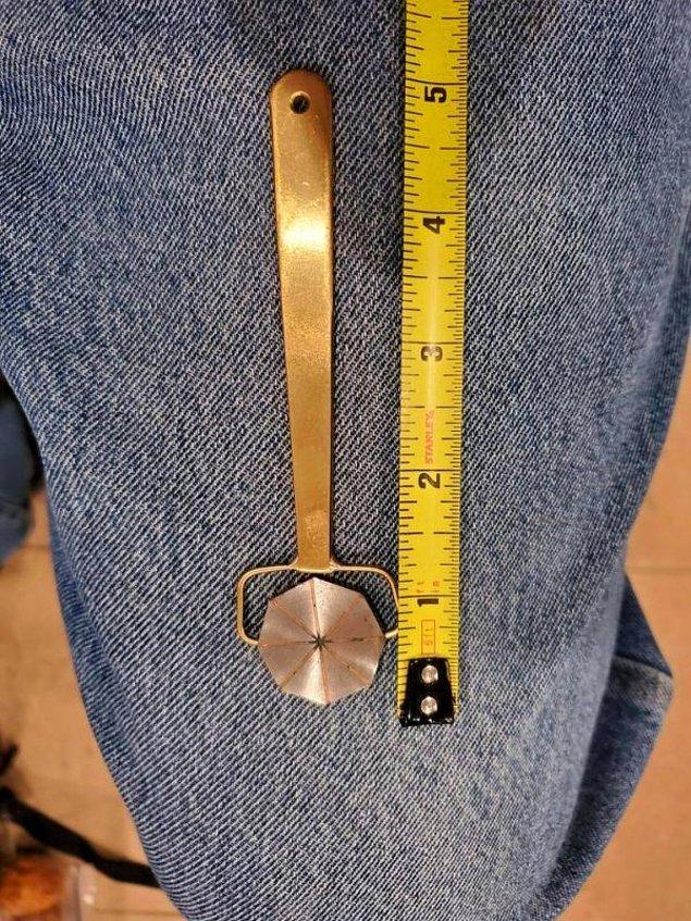 """14. """"Bu aleti bazı ölçüm aletlerinin yanında buldum. Sekizgen kısım dönüyor ve diğer tarafı tamamen pirinçten yapılmış."""""""