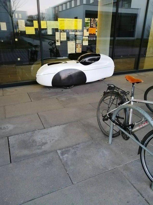 """16. """"Üniversite kampüsünde bu şey park edilmiş halde duruyor... nedir bu?"""