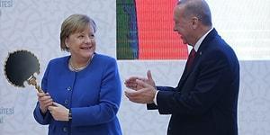 Erdoğan'la Kampüs Açılışında Buluştular: Saray Aynası ve Miğfer Hediyesi Alan Merkel'in Mutluluğu, Gözlerine Yansıdı