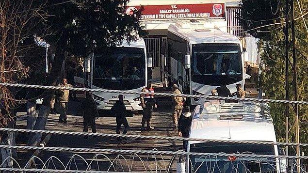 """Adalet Bakanlığı, """"Kısmi çatlaklar oluşan Adıyaman Cezaevi'ndeki 814 hükümlü ve tutuklu Gaziantep, Şanlıurfa ve Kahramanmaraş'a nakledilmeye başlandı"""" açıklamasında bulundu."""