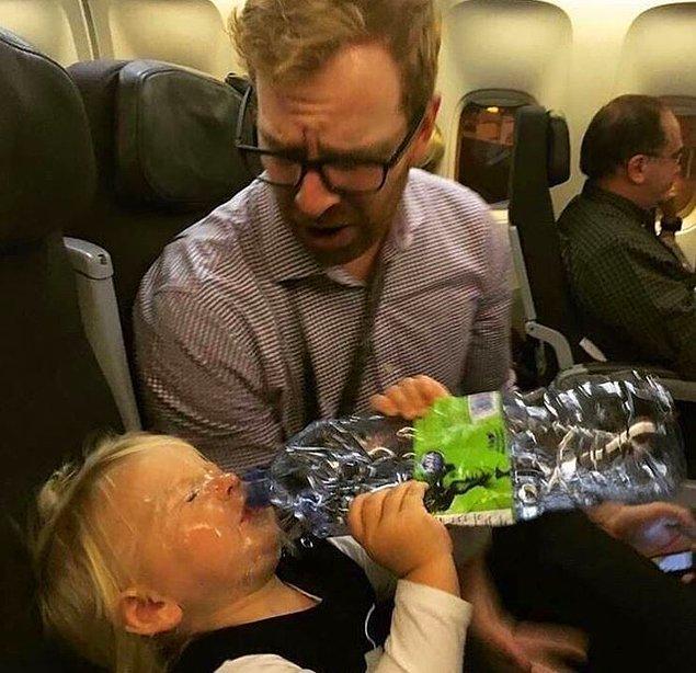 16. Yavrusunun susuzluğuna dayanamayan bir baba.