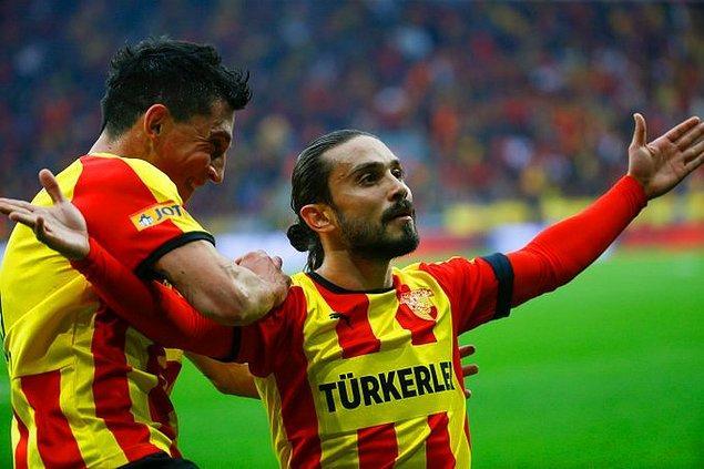 25. dakikada Göztepe 1-0 öne geçti. Sol kanattan Serdar Gürler geldi yerden ortaladı kale sahasında Halil dokundu ve golü attı.