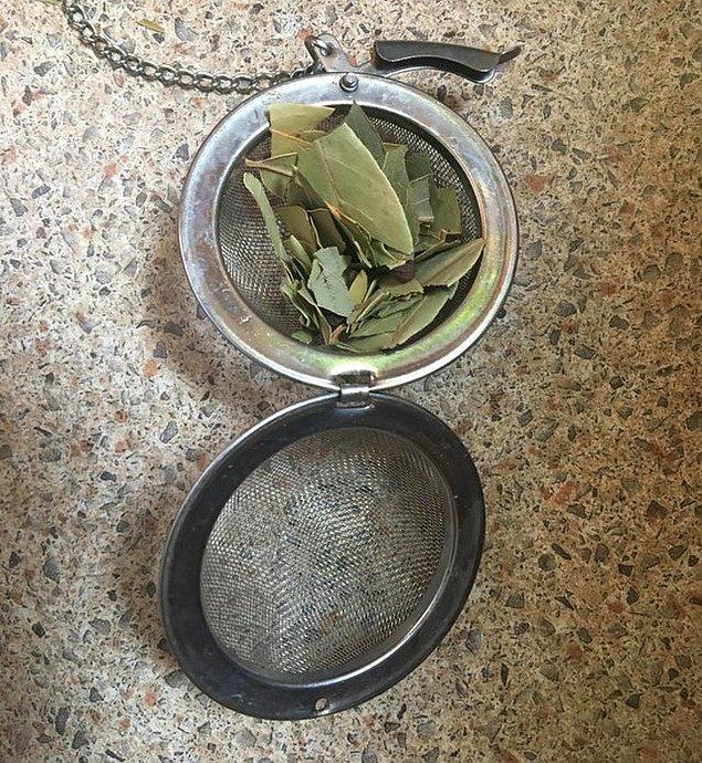 1. Kırılmış defne yapraklarını yemeğinize ekleyebilmek için çay topu kullanabilirsiniz.