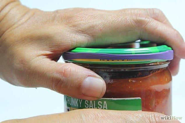 13. Kavanoz kapaklarını kolay tutulabilir ve açılabilir hale getirmek için kapaklarının etrafına saç lastikleri takabilirsiniz.