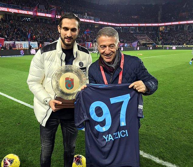 Trabzonspor Başkanı Ahmet Ağaoğlu, maçı izlemek üzere Medical Park Stadyumu'na gelen Yusuf Yazıcı'ya plaket verdi.