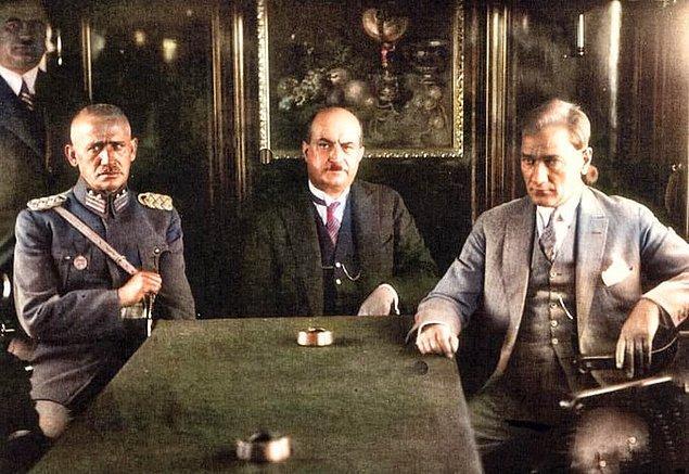 13. Mustafa Kemal Atatürk ve arkadaşları Ankara'dan İstanbul'a trenle giderken, 1929.