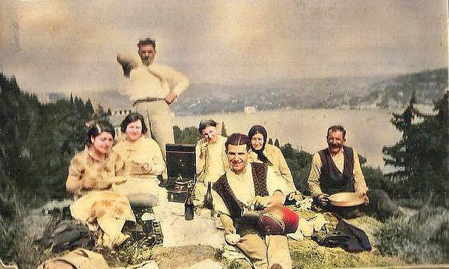 16. Bebek sırtlarında piknik yapan bir aile, İstanbul, 1945.