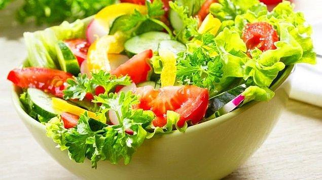 Yeşil salatanın hep limonlu ve zeytinyağlı tüketilmesi gerekir.