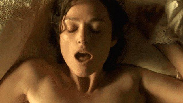 """6. """"Karşınızda dünyanın en bahtsız insanının durduğundan emin olabilirsiniz. Birçoğunuzun kabusu seks sırasında osurmak olabilir ancak benimki bunu bile sollayacak cinsten. İrrıtabl bağırsak sendromum var ve seks sırasında resmen yatağa sıçtım. Evet, keşke uyduruyor olsaydım ama gerçek. Yatakta minik bir parça dışkım dururken erkek arkadaşım bana bakarak hiç sorun olmadığını ve hemen yıkayabileceğimizi söylemişti..."""""""