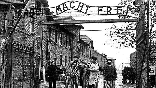 Nazi Almanyası tarafından II. Dünya Savaşı döneminde kurulmuş en büyük toplama, zorunlu çalışma ve sistematik katliam ve imha kampı* olan Auschwitz'le ilgili bugüne kadar pek çok gerçek okuduk ancak hikayesi anlatılmayanlar var: Eşcinseller...