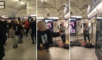 Londra Metrosunda Müzik Yapan Adamın Ortalığı Coşturduğu ve İnsanların Eğlencenin Dibine Vurdukları Muhteşem Anlar!