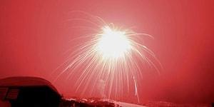 Gökyüzünü Kırmızı Renge Bürüyen Dünyanın En Büyük Havai Fişeği!