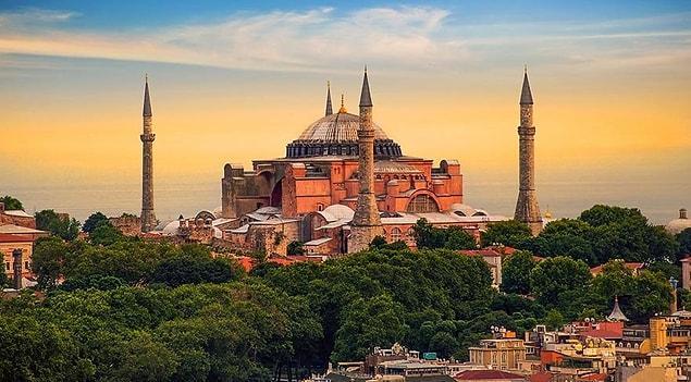 1453'te kilise camiye dönüştürüldükten sonra Osmanlı sultanı Fatih Sultan Mehmet'in gösterdiği hoşgörüyle mozaiklerinden insan figürleri içerenler tahrip edilmemiş. Mihraplar, vaaz kürsüsü ve maksureler sonradan eklenmiştir.
