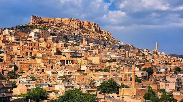 """Mardin: """"Baş döndürücü Mardin, Suriye çölüne yukarıdan bakan parlak taç gibi bir tepede yer alır"""" diye geçiyor kitapta. Fırat ve Dicle nehirlerinden beslenen şehir tam bir medeniyetler beşiği."""
