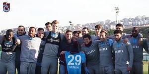 Erzurum Maçı İçin Takım Otobüsünün Geçeceği Güzergahta El Sallamak İçin Bekleyen Fanatik Trabzonspor Taraftarı Futbolcularla Buluştu!
