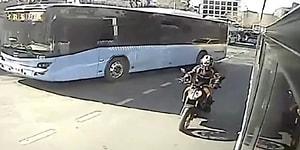 İki Otobüsün Arasından Geçmeye Çalışırken Sıkışan Motosikletlinin Yürekleri Ağza Getiren Kaza Görüntüleri!