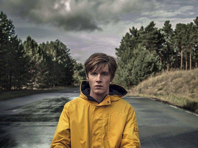 5. 'Dark' dizisinin baş karakteri Jonas'ın üzerinde gördüğümüz bu sarı yağmurluğu hiç ama hiç unutamayacağız.