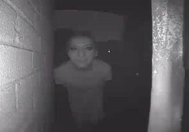 1. Kapının önünde birinin olduğunu tespit eden güvenlik kamerası.