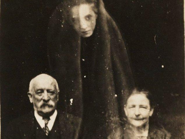 12. Ruh fotoğrafçılığı yapan William Hope'un 1920 yılında çektiği çift ve ruh olduğu iddia edilen silüet.
