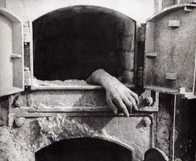 25. Fırının içinde yakılan bedenin ardından kalan el...