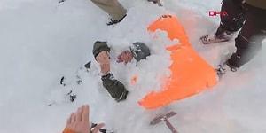 Çığ Altında Kalan Kadın Kayakçının Kurtarılma Anı!