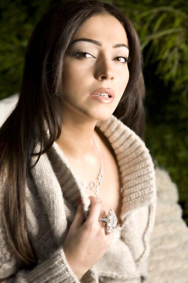 İran'lı şarkıcı Sahar ile de bir mekan çıkışında magazincilere yakalandı.
