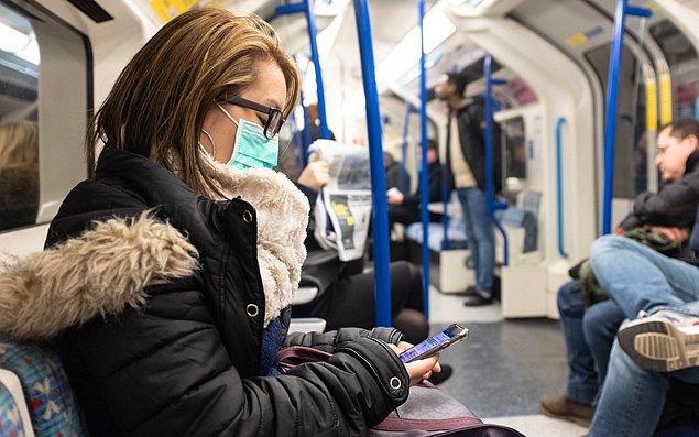 Fakat, virüsün toplu taşıma içindeki yüzeylerde 48-72 saat arası hayatta kalıyor olması sizi daha fazla risk altına sokacaktır. Bu yüzden bu tür yüzeyler dokunmanızı en aza indirgeyin, telefonunuzu kullanmayın ve indiğiniz durakta mutlaka ellerinizi ve yüzünüzü temizleyin.