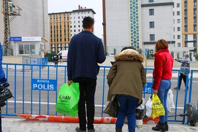 Vatandaşlar, burada hazır bekleyen otobüslere alındı. Otobüsler polis ekipleri eşliğinde, vatandaşların 14 günlük gözlem sürecini geçirecekleri öğrenci yurtlarına geldi.