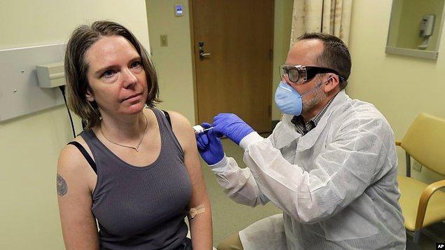 Amerikan haber ajansı Associated Press'in (AP) haberine göre, küçük bir teknoloji şirketinde operasyonlar müdürü olarak çalışan ilk deneğe bir muayene odasında aşı enjekte edildi.