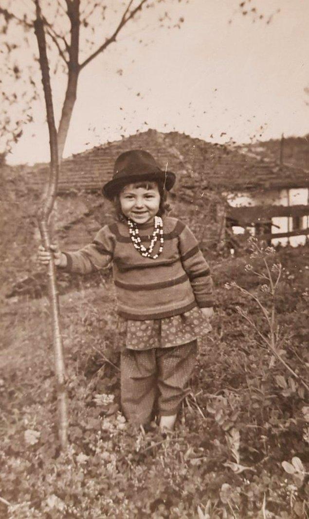 10. Kendi diktiği ağaçla poz veren küçük bir kız çocuğu, Sakarya, 1965.