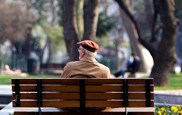 Denizli Bayram Yeri Meydanı'nda koronavirüsüne ilişkin yapılan uyarılar yaşlılar tarafından dikkate almadı.
