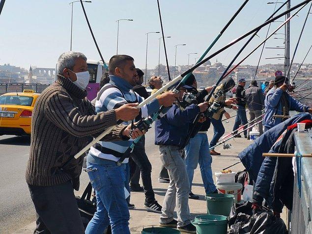 Galata Köprüsü'nde de balık sevdası koronavirüs dinlemedi. Çok sayıda vatandaş oltasıyla balık tutmaya geldi.