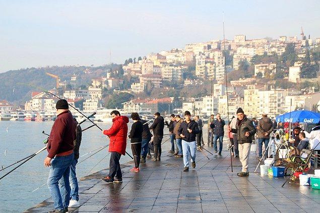Arnavutköy sahilini dolduran bazı vatandaşlar yürüyüş ve koşu yaparken, bazıları da oltalarıyla balık tuttu.