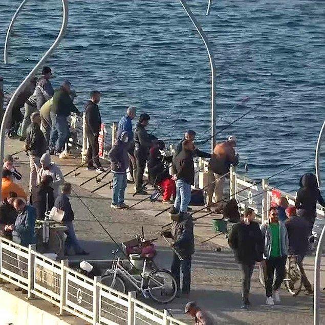 Birçok kişi evde kal mesajı verse de hala tüm uyarılara rağmen sokakları doldurmaya devam eden insanlar da var tabii. Hatta balık tutmak için köprüyü dolduran insanlar bile var...