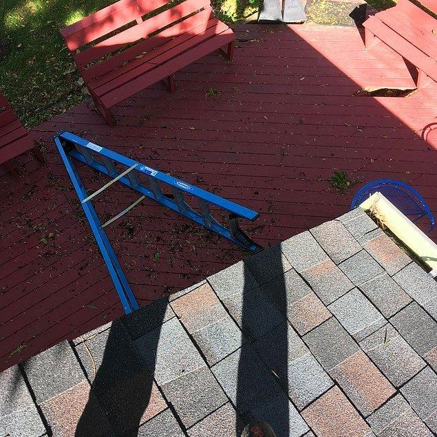 """17. """"Tek başına çatıyı ve giderleri temizlerken çatıda mahsur kalan adam."""""""