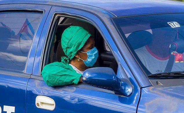 Küba'da 30 bin tıp öğrencisi koronavirüse karşı kapı kapı geziyor