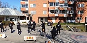 İsveç'te Kadın Futbol Takımı, Moral Vermesi İçin Huzurevinin Önünde Antrenman Yaptı